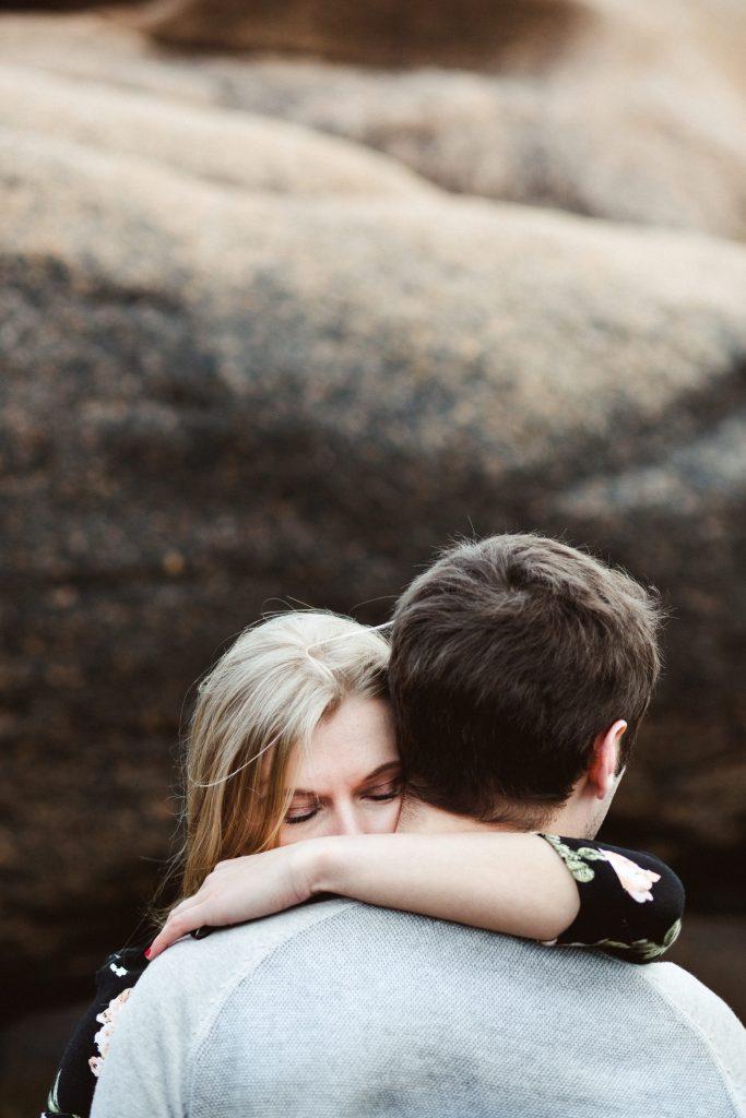 couple-bretagne-rochers
