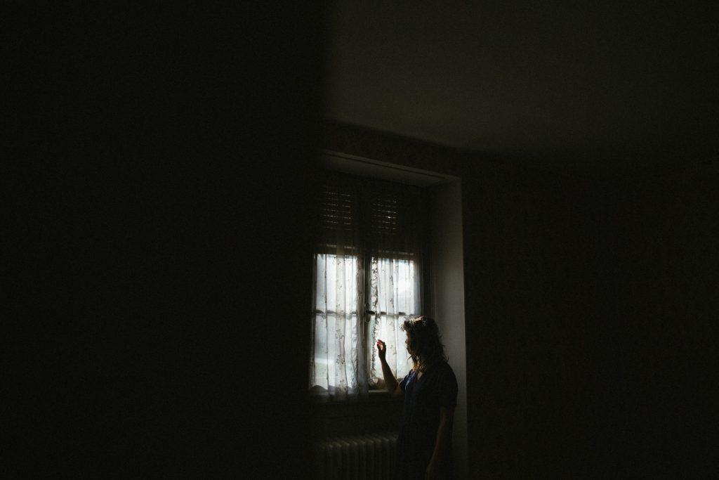 femme-fenêtre-portrait-alsace