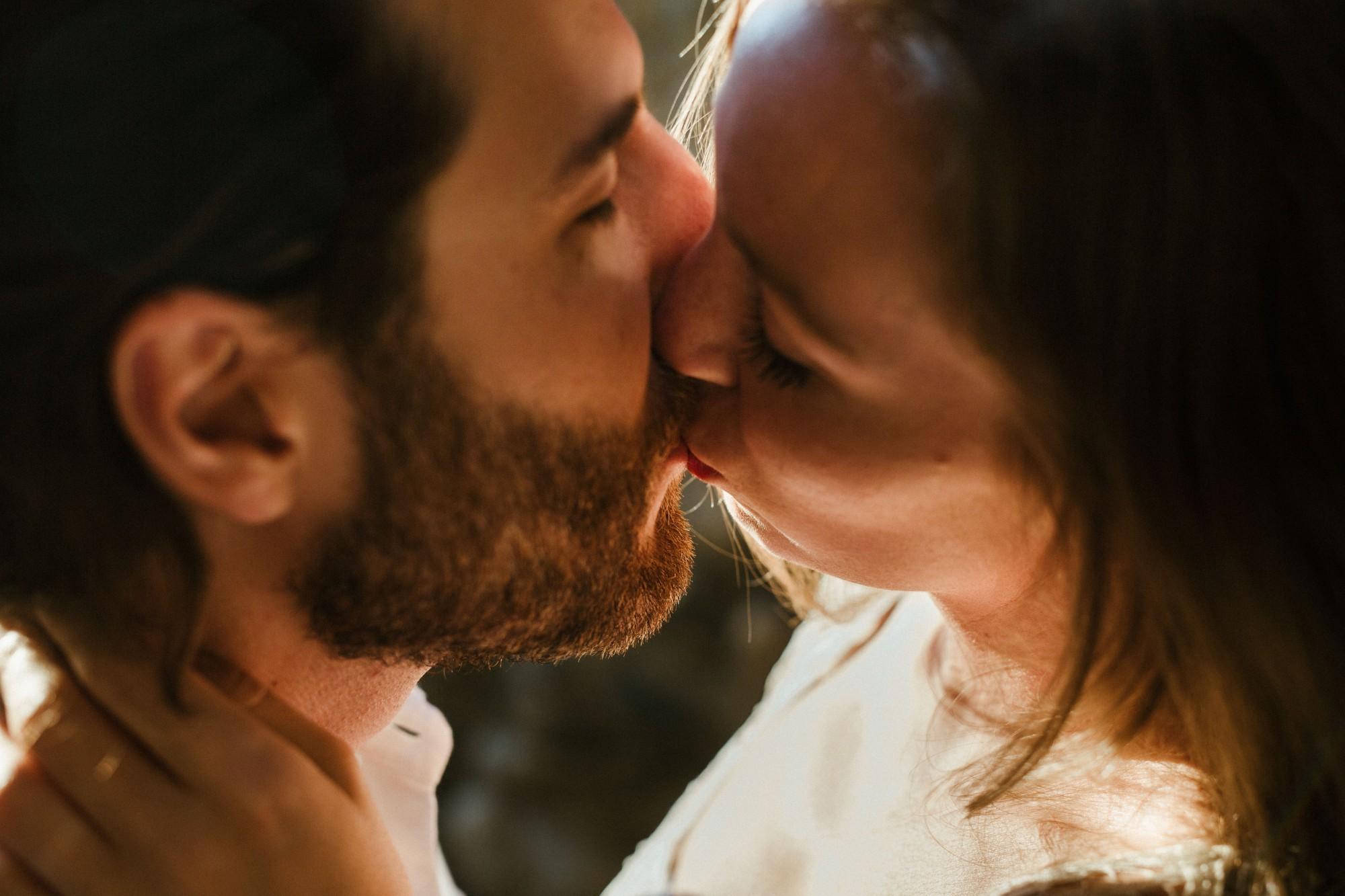 kiss-couple-france